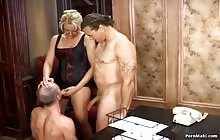 Grote bi sex trio met een hete blonde
