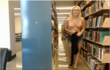 Sexy webcam blonde krijgt naakt in de bibliotheek